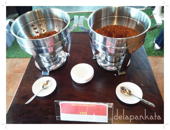 Sambal Khas Kaleyo yang bisa diambil gratis dan boleh diambil sebanyak - banyaknya selama bibir belom jontor hahahaha. (Foto dok. Pribadi)